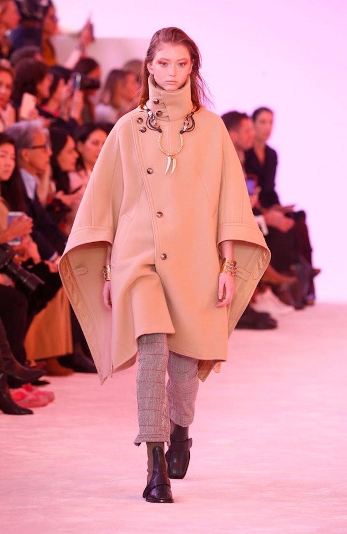 Bottines noires, manteau beige cool, pantalon pied de poule, tenue tendance automne-hiver 2019-2020