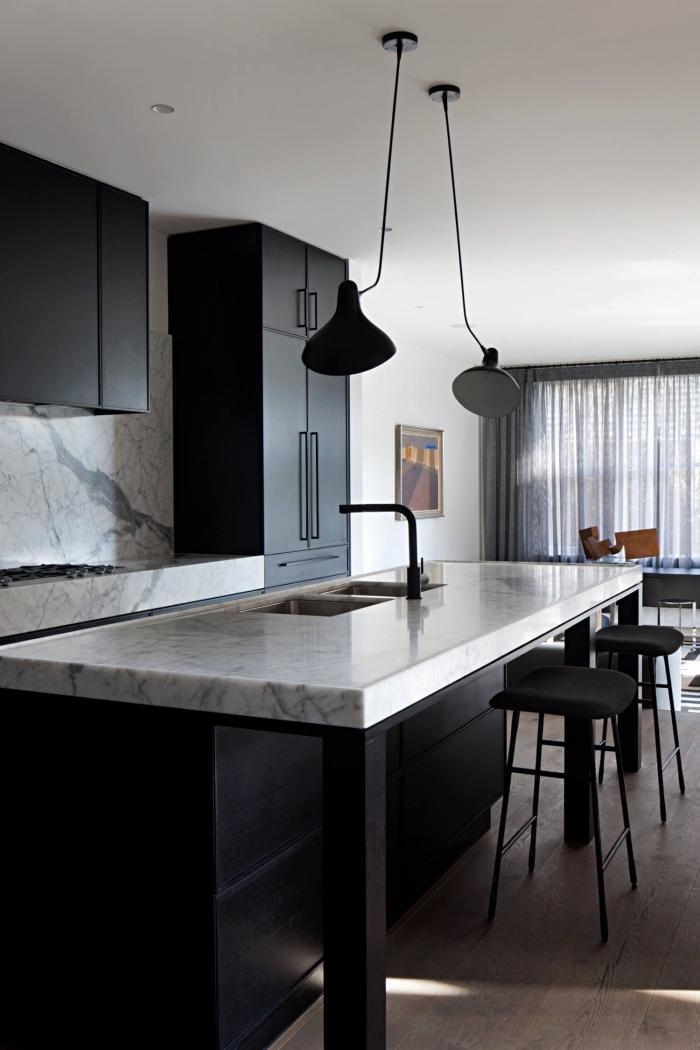 décoration cuisine noir et blanc, modèle de cuisine ouverte avec comptoir et crédence en marbre et meuble noir