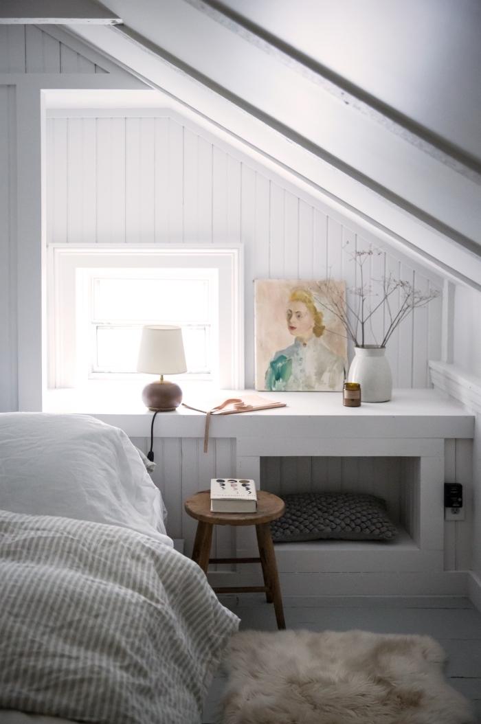 comment aménager une pièce sous les combles, modèle de chambre blanche avec revêtement en lambris bois large
