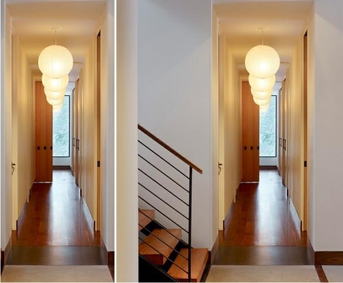 décorer un couloir étroit avec lustres rondes, parquet bois simple murs blanches, design d'intérieur moderne pour couloir