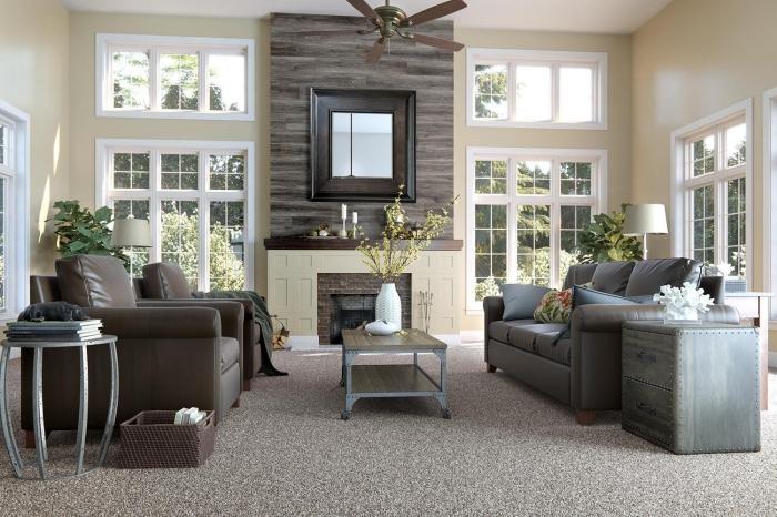 décoration murale bois, aménagement salon avec meubles en cuir marron, idée salon avec cheminée et pan de mur en bois foncé