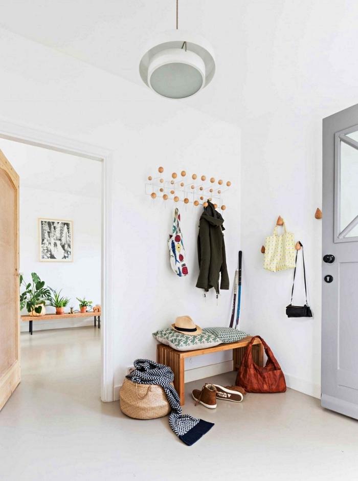 déco entrée maison au décor minimaliste, idée d'aménagement d'une entrée avec banc, patères gouttes en bois et porte-manteau en métal et bois