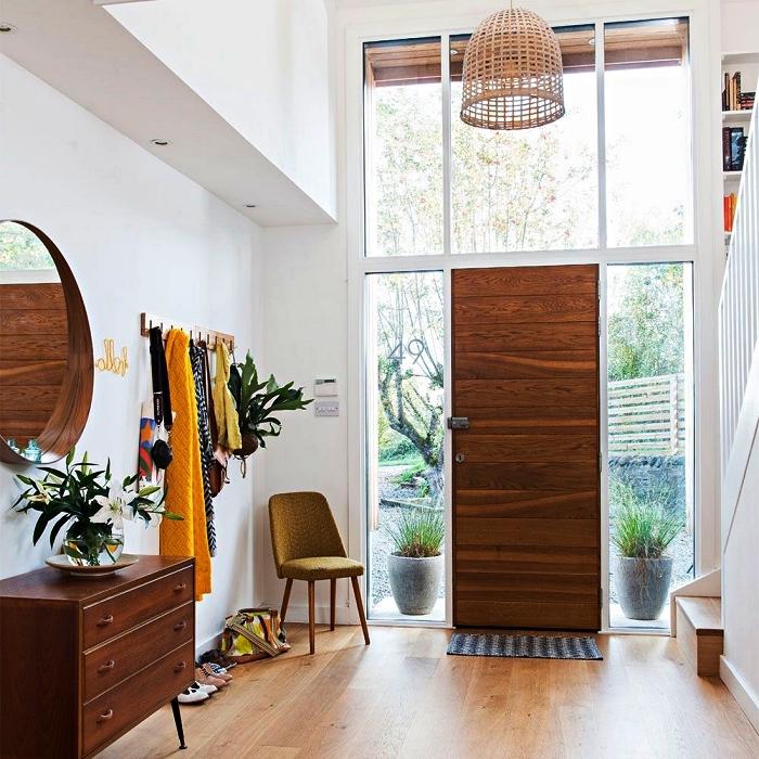 idee deco entree spacieuse avec mobilier en bois vintage et suspension luminaire en rotin, commode vintage dans l'entrée