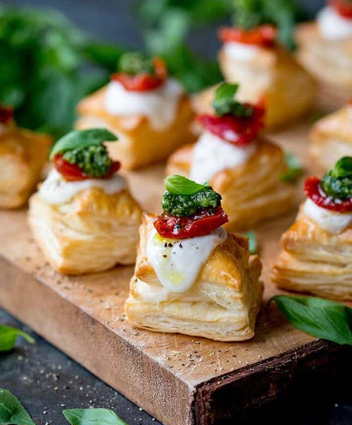 petits carrés en pate feuilletée avec fromage, pesto et tomate séchée façon caprese, amuse bouche rapide pour apero