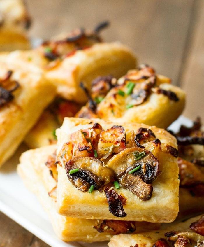 exemple de mini tartes aux champignons et oignons salées, que faire avec une pate feuilletée pour l apéro