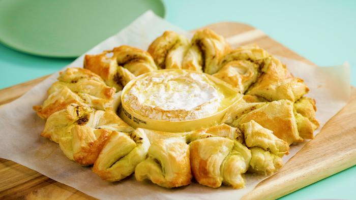 exemple de tarte soleil salé avec des torsades au pesto et camembert au centre, repas à partager à plusieurs