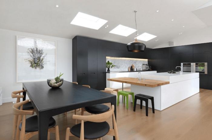 comment aménager une cuisine contemporaine ouverte avec îlot, décoration cuisine blanc et bois avec meubles en noir mat