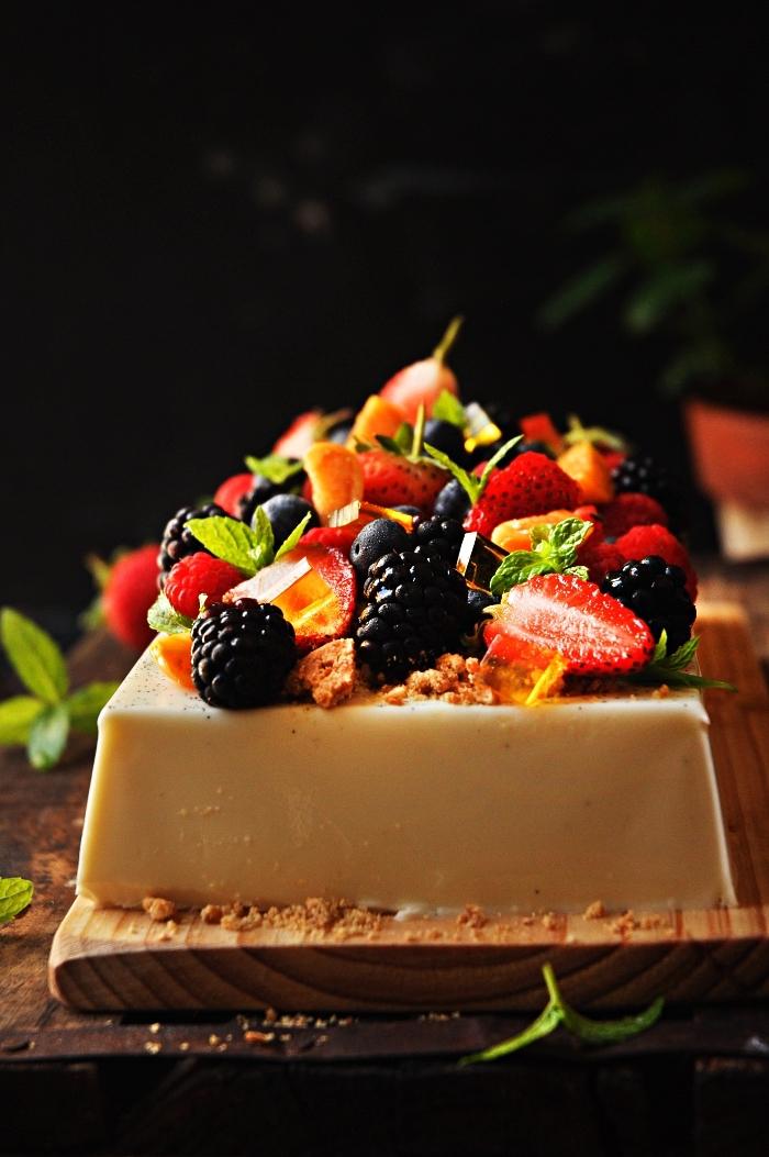 idée de dessert facile et rapide sans cuisson, panna cotta aux fruits rouges frais et à la crème au citron