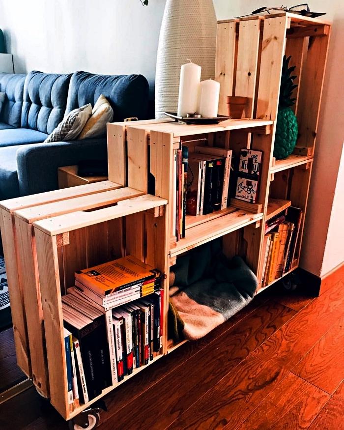 etagere maison réalisée avec des caisses en bois récup qui fait office de séparateur de pièce, idées pour fabriquer soi-même une étagère