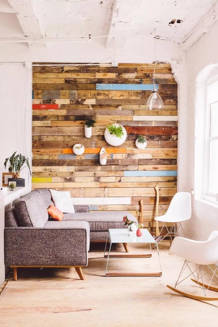 exemple comment habiller un mur avec palettes colorées, modèle revêtement mural original pour les murs d'un salon