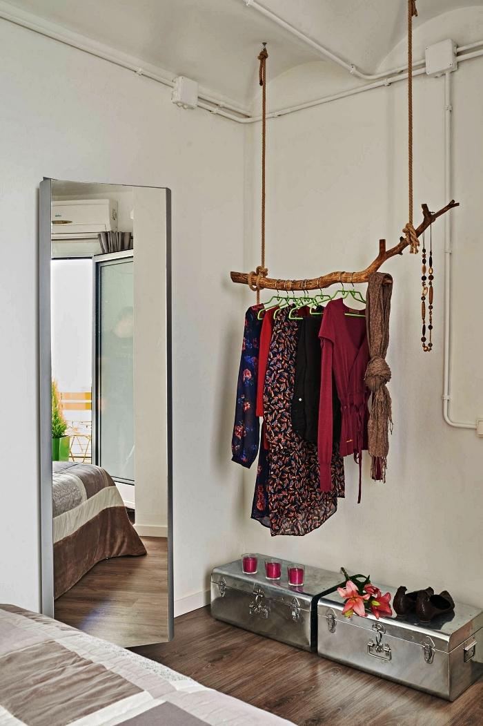 idée pour faire un dressing dans une chambre avec une penderie branche et des malles récup