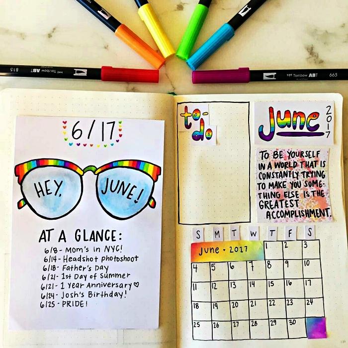 carnet personnalisé avec calendrier mensuel, une case pour les tâches à faire et de petites notes collées sur les pages
