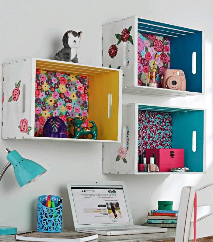 étagère caisse en bois deco cusomisée avec de la peinture et des chutes de papier peint, idée déco pour le coin bureau