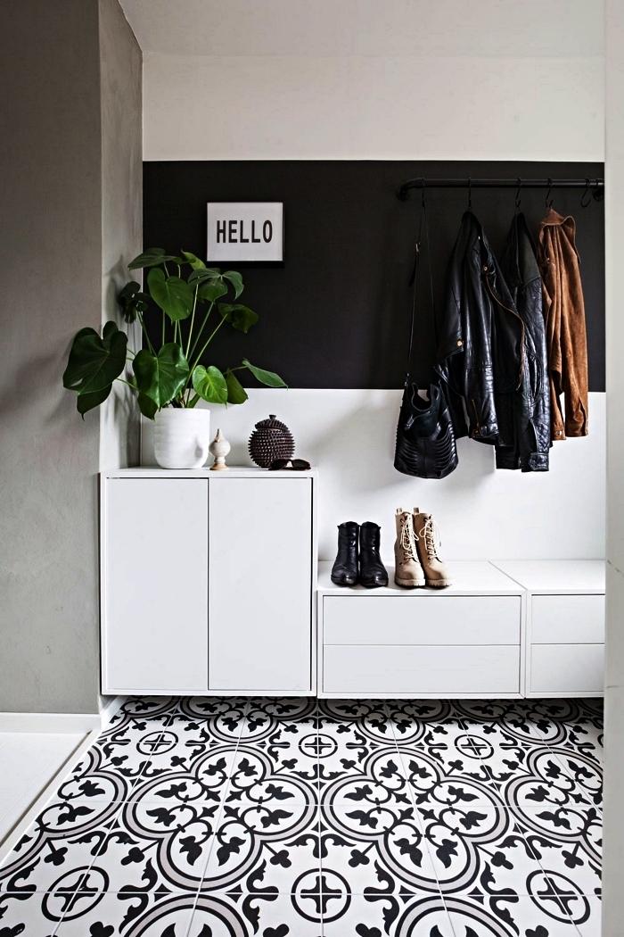 deco couloir en noir et blanc, petite entrée en carreaux de ciment au mur peint en noir et blanc avec modules de rangement ikea et