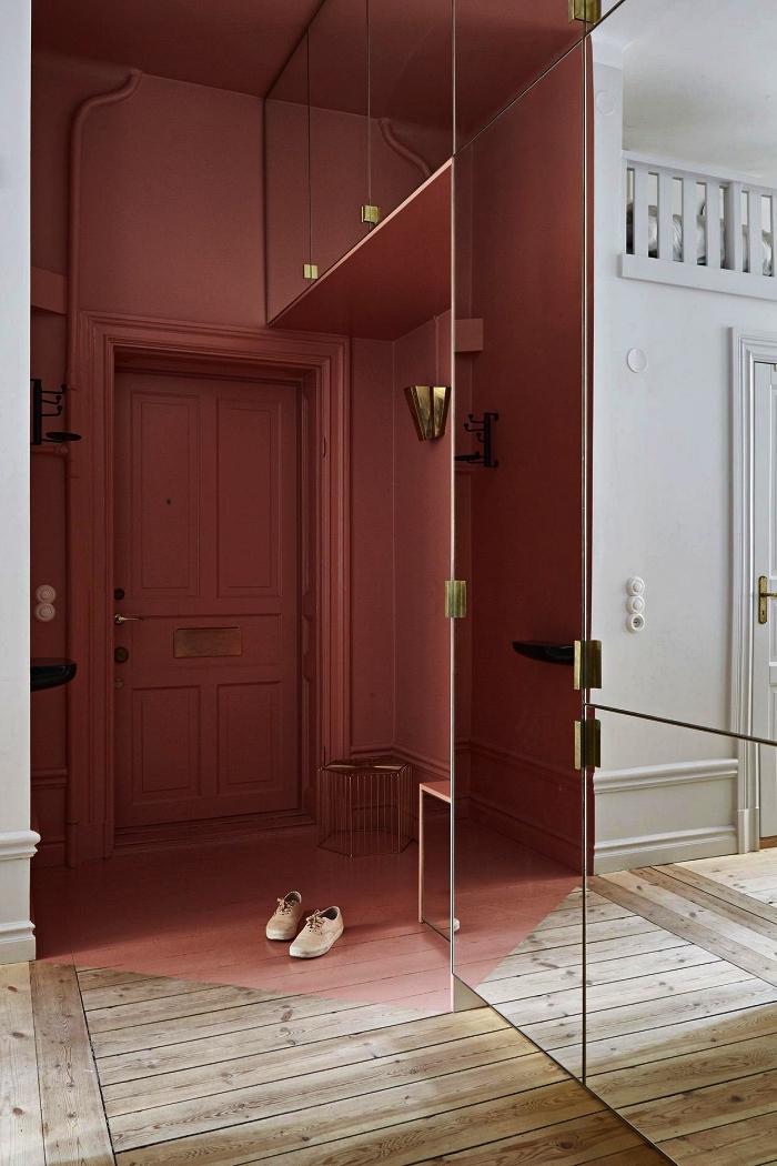 idée peinture couloir et entrée, entrée aux mures et porte peints dans le même couleur rose, placard d'entrée aux portes miroir