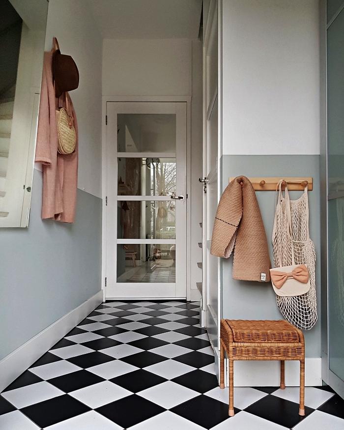 carrelage en damier pour une deco entrée vintage, entrée blanche avec le bas du mur peint en gris