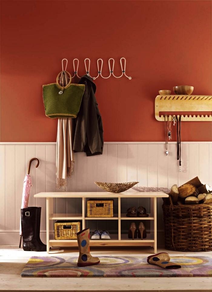 idée peinture couloir et entrée, déco d'entrée style campagne chic avec meuble à chaussures, panier de rangement et penderie murale vintage, soubassement en lambris blanc et peinture terre de sienne pour une entrée accueillante