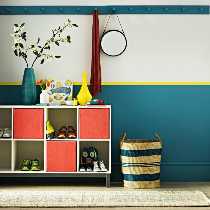 idée peinture couloir et entrée, hall d'entrée avec soubassement peint en bleu paon délimité par une bande jaune, meuble caisson à chaussures