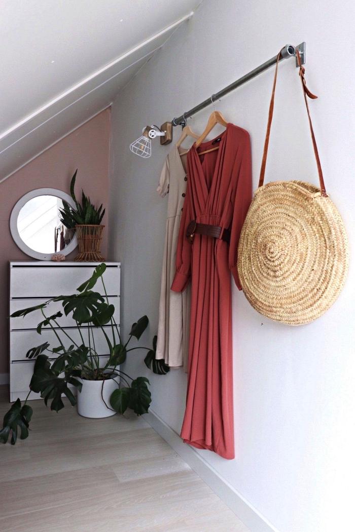 idée de dressing chambre sous combles, coin dressing sous pente avec barre de penderie fixée au mur et petite commode