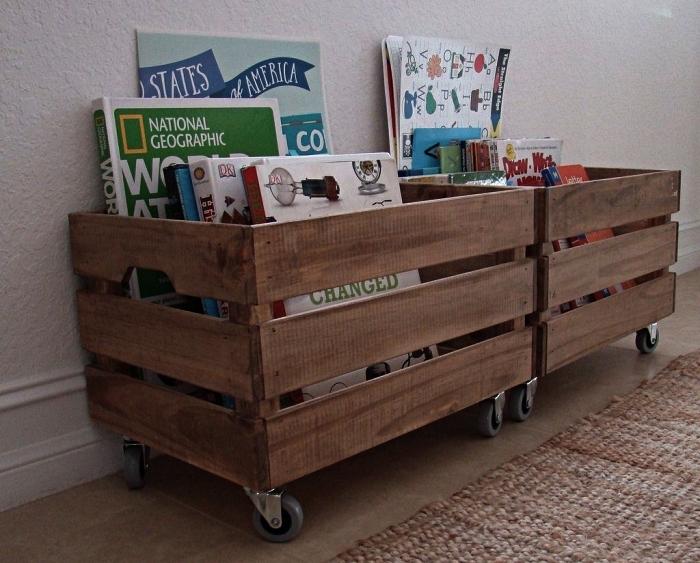 meuble de rangement ikea pour jouets et livres d'enfants, caisses en bois à roulettes transformées en coffres de rangement