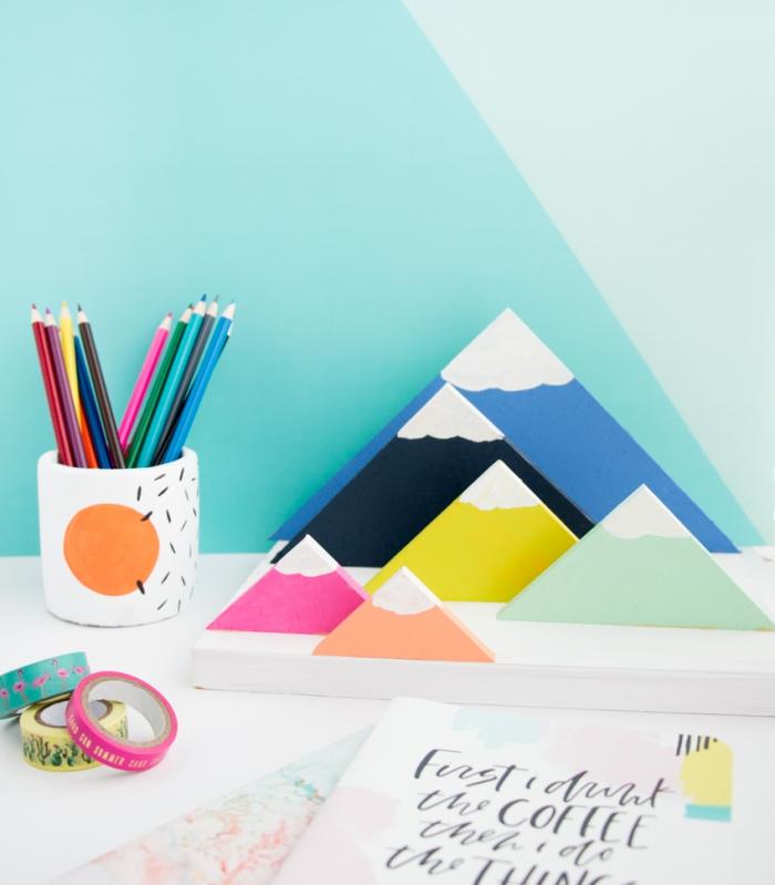 modèle organiseur papier DIY en bois peint à effet montagnes, aménagement bureau avec accessoire DIY facile
