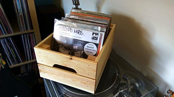 idée diy rangement pour vinyles, une caisse bois ikea détournée en rangement pour vinyles fonctionnel