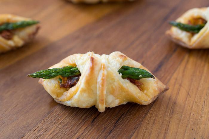 mini croissant apero salé avec tomates cerise et asperges enveloppés de pate, exemple de repas individuel apero