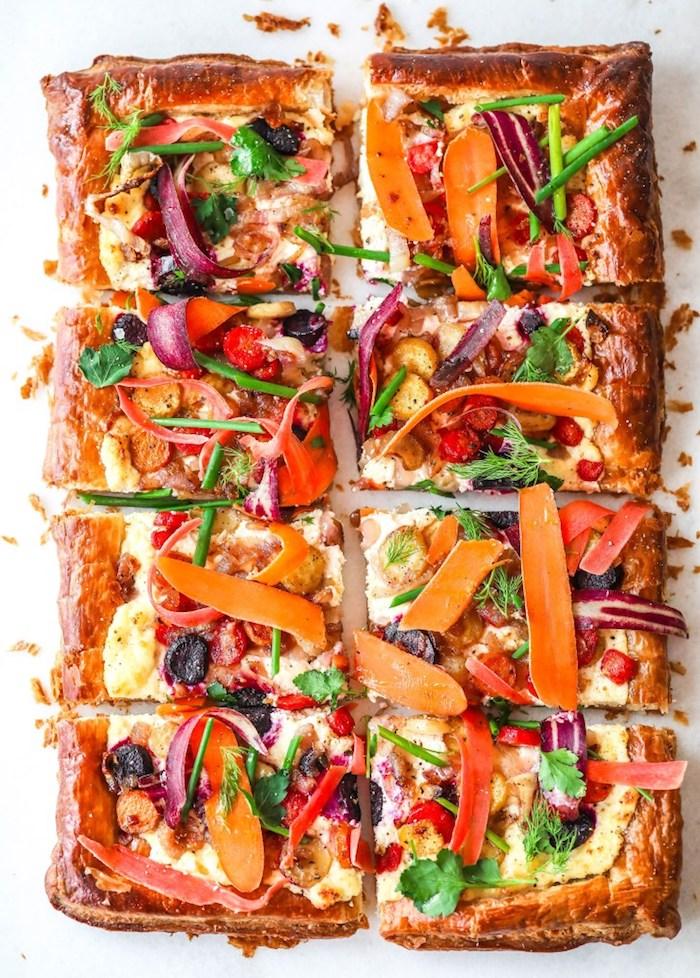 idée de tarte salée, repas à partager pour 8 personnes avec fromage à la crème, carottes, le'gumes, herbes fraiches et persil sur feuilleté