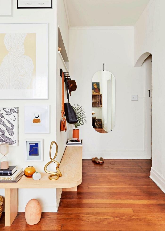 aménagement entrée vintage scandinave avec étagère d'angle en bois clair qui fait office de petit meuble de rangement