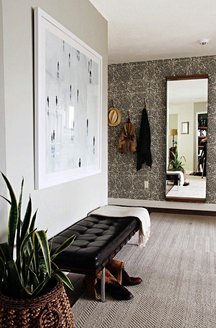 aménagement d'un hall d'entrée chic, entrée grise avec pan de mur en papier peint imprimé gris et blanc