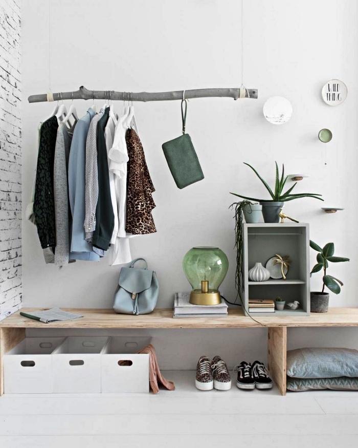 idée de dressing a faire soi meme avec une branche suspendue pour y suspendre ses vêtements et un banc en bois