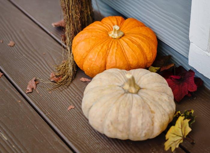 déco entrée maison theme automne sur la porche citrouilles, feuilles d automne et balai