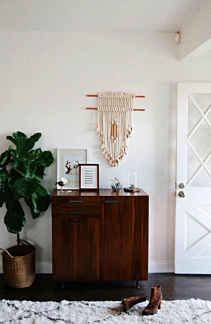 décoration bohème chic dans un hall d'entrée aménagé avec un meuble d'entrée en bois vintage et un tapis berbère