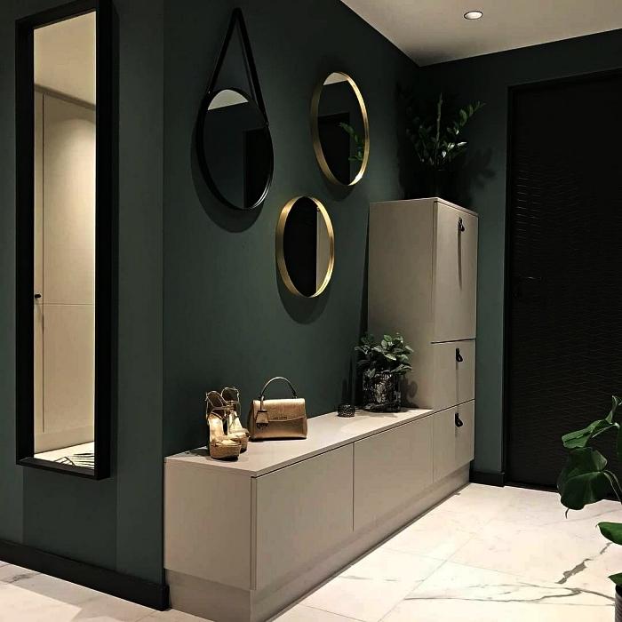 aménagement entrée verte avec meuble de rangement ikea blanc et trois miroirs ronds, idée pour décorer une entrée avec miroirs