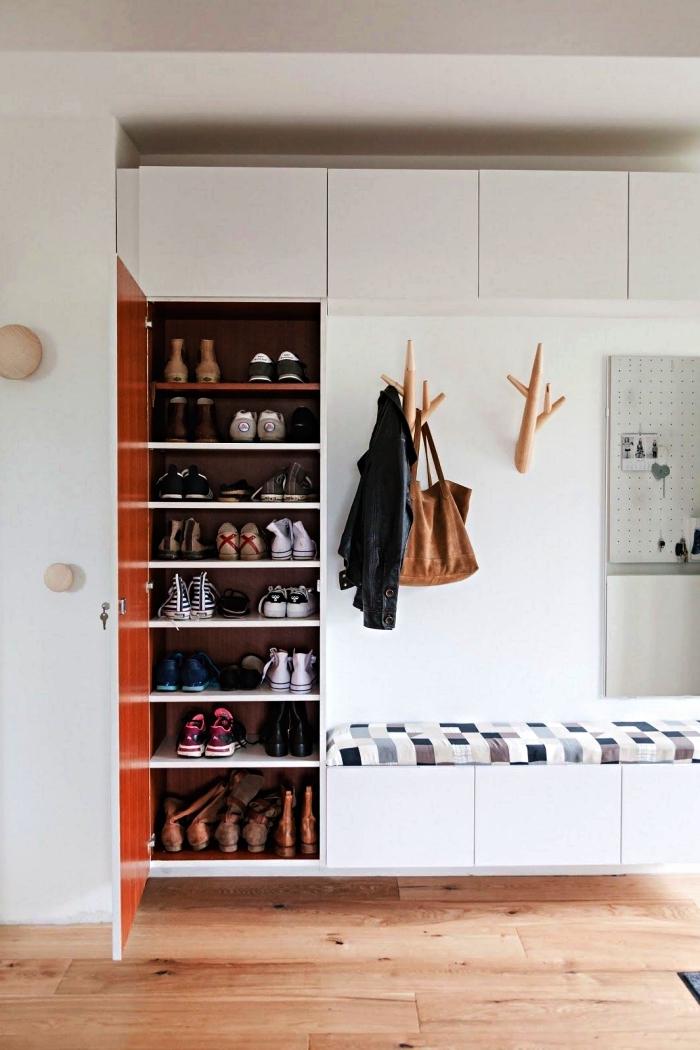 meuble d'entrée vestiaire avec placard à chaussures, banquette, modules de rangement hautes et des patères bois, banc d'entée avec rangement dissimulé
