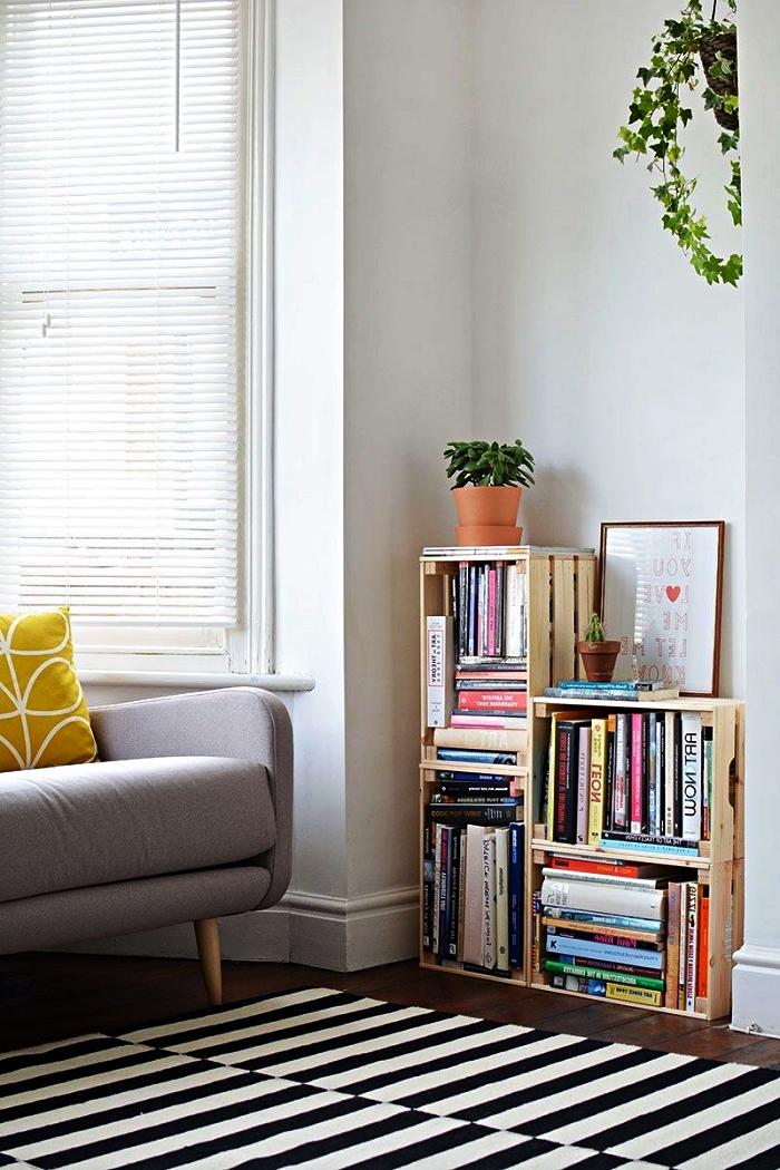 petite etagere maison réalisée avec des caisses en bois récup, fabriquer une bibliothèque avec des cagettes en bois