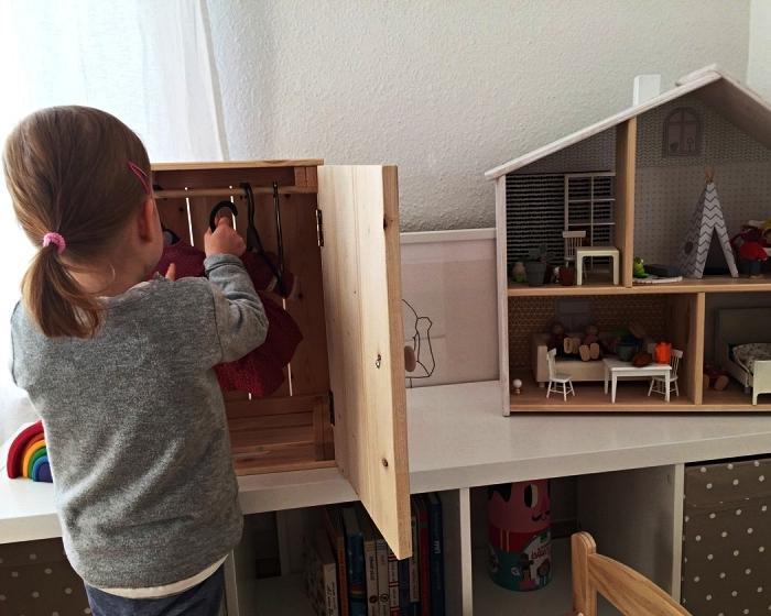 ikea boite rangement en pin transformée en placard pour poupées, idées de détournement de meuble ikea pour la chambre enfant