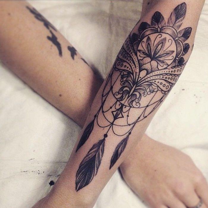 Attrape rêve original, idée tatouage avec différents éléments, souligner sa beauté féminine avec un tatouage de fleur