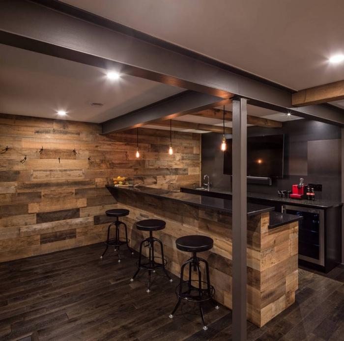comment aménager une cuisine foncée avec murs en bois, revêtement mural en planche de bois brut dans une cuisine contemporaine