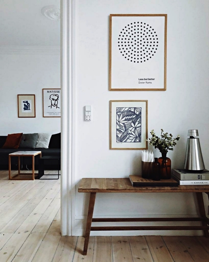 deco entree scandinave en blanc et bois avec banc décoratif et un mur de cadres, aménager un coin déco dans l'entrée