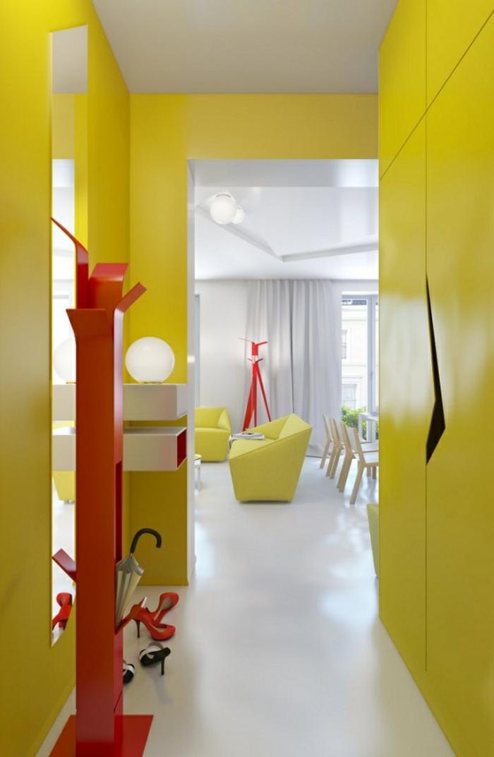Jaune et rouge peinture couloir originale, aménager un couloir d'entrée étroit, idée comment décorer