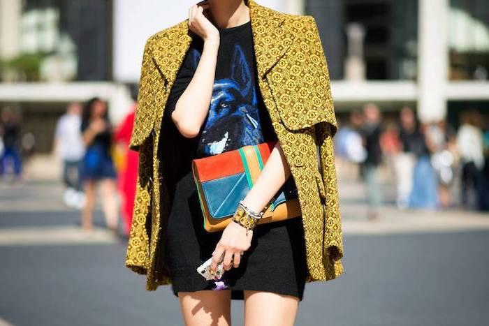 Belle femme look hiver, mode automne hiver 2019, quelles sont les tendances, manteau jaune et blouson t-shirt