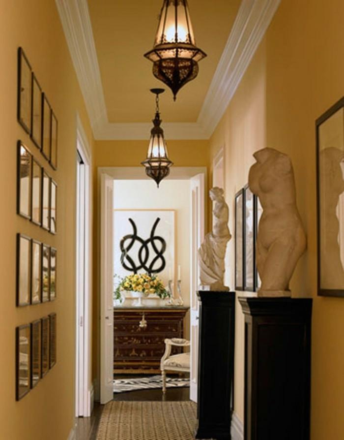 Jaunes murs et cant blanc, cadres photos décoration murale, comment aménager un couloir long et étroit, idée déco couloir