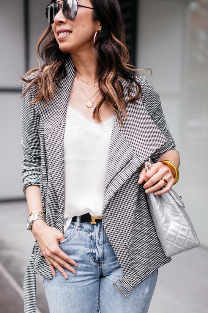 exemple de tenue chic femme en jeans clairs avec ceinture noire, modèle de blouse blanche avec col transparent