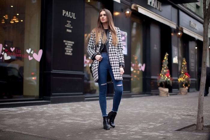 look stylé femme en jeans foncés combinés avec chemise noire et bottines haute cuir noir, modèle manteau pied de poule