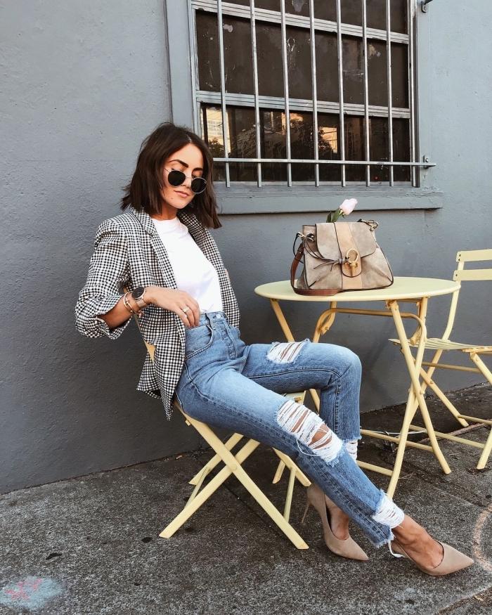blazer femme en blanc et noir tissu pied de poule, style vestimentaire femme casual smart avec jeans déchirés et chaussures hautes