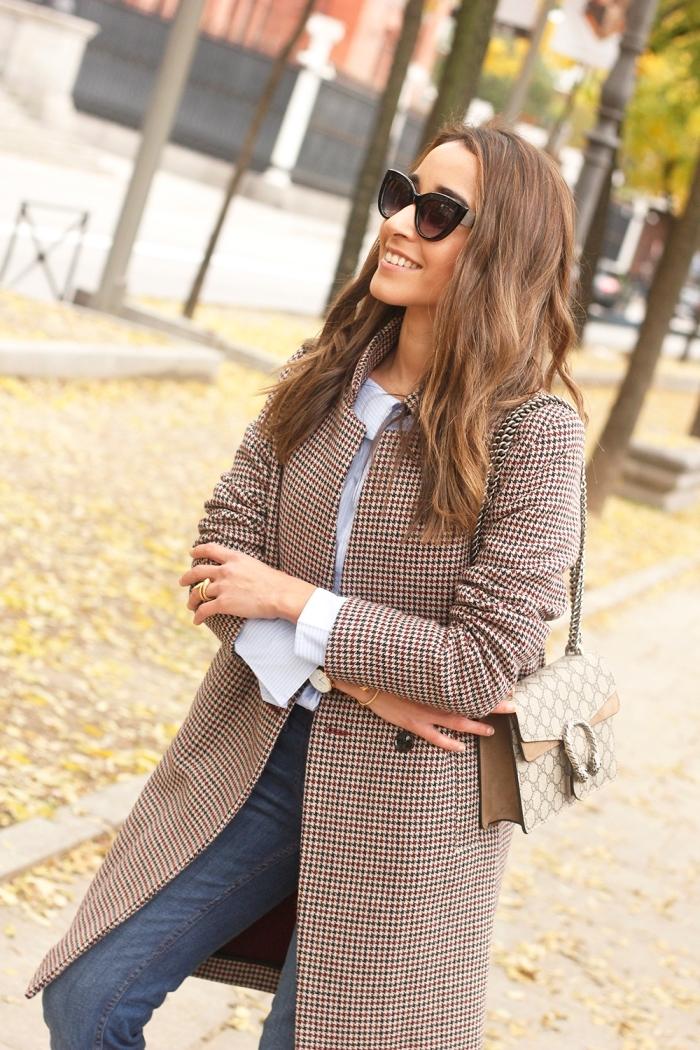 tenue chic femme en jeans et chemise, modèle de manteau long femme aux motifs pied de poule en beige et noir