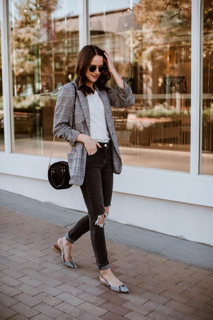 blazer femme à imprimé tendance 2019 pied de poule, look casual smart en jeans troués noirs avec blazer blanc et noir