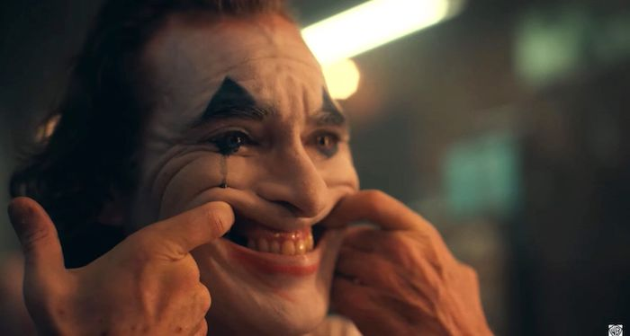 Quatre mois après sa première bande annonce, Joker de Todd Phillips avec Joaquin Phoenix dévoile un second trailer haut en couleurs