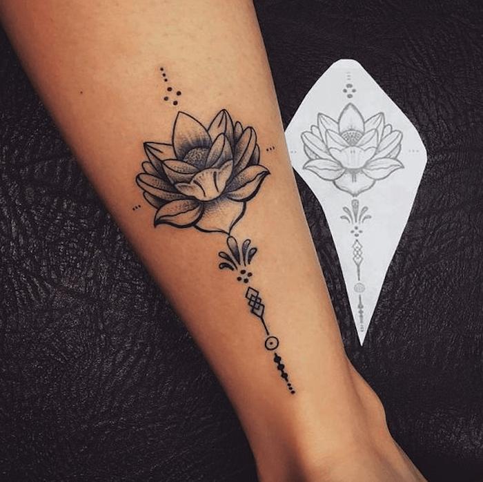 Dessin et réalisation en tatouage, idée comment se tatouer, femme dessin fleur de lotus tatouage, idée comment se tatouer